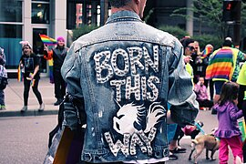 "Person mit Jeansjacke mit dem Aufdruck ""Born this way"""